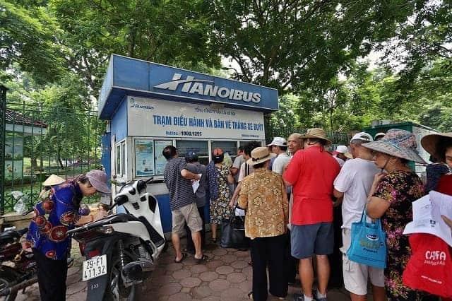 Có nhiều địa điểm nhận hồ sơ làm vé xe bus miễn phí tại Hà Nội