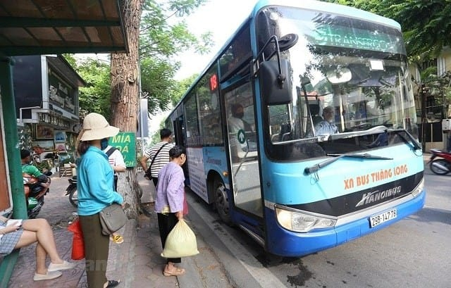 Đăng ký vé tháng xe bus cho người cao tuổi miễn phí tại Hà Nội