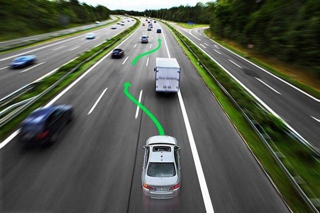 Kinh nghiệm lái xe ô tô đường dài là cần có kỹ năng vượt xe đúng cách.