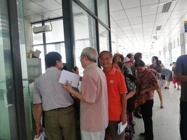 Nộp hồ sơ đăng ký và chờ đợi lấy vé xe bus miễn phí