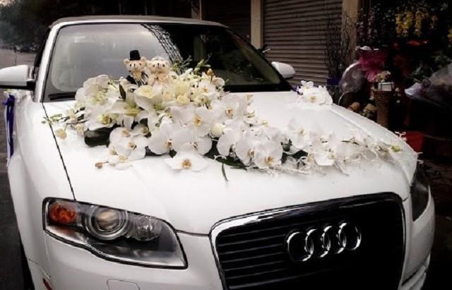 Có rất nhiều cách trang trí xe hoa đám cưới từ việc sử dụng những mảng hoa truyền thống cho đến treo những dây ống đáng yêu