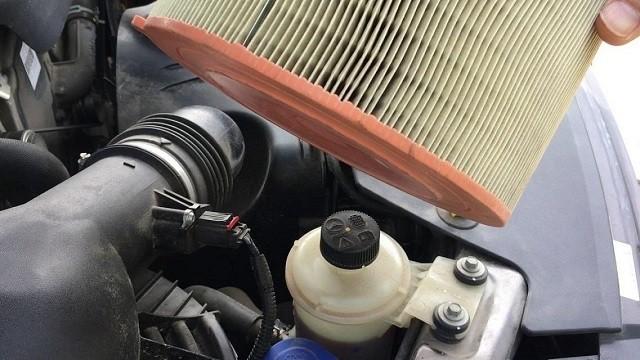 Hệ thống lọc gió bị bụi bẩn khiến xe tiêu tốn xăng hơn
