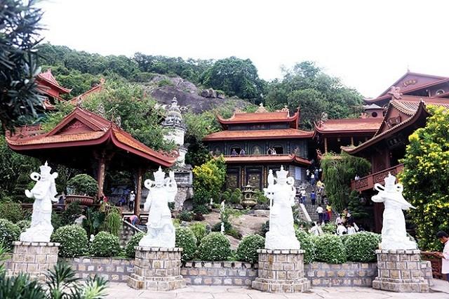 Nằm ở huyện Kiên Lương, chùa Hang còn được biết đến với cái tên Hải Sơn Tự.