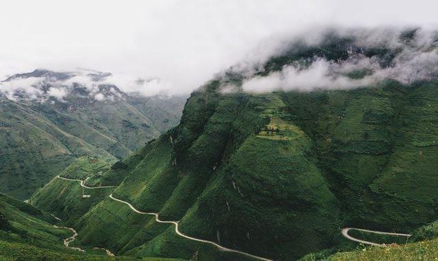 Những con đường uốn lượn khó tin và phong cảnh núi non hùng vĩ ở Hà Giang thực sự đáng để bạn ghé thăm nơi này.